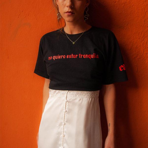 Modelo con Camiseta «no quiero estar tranquila» letras rojas
