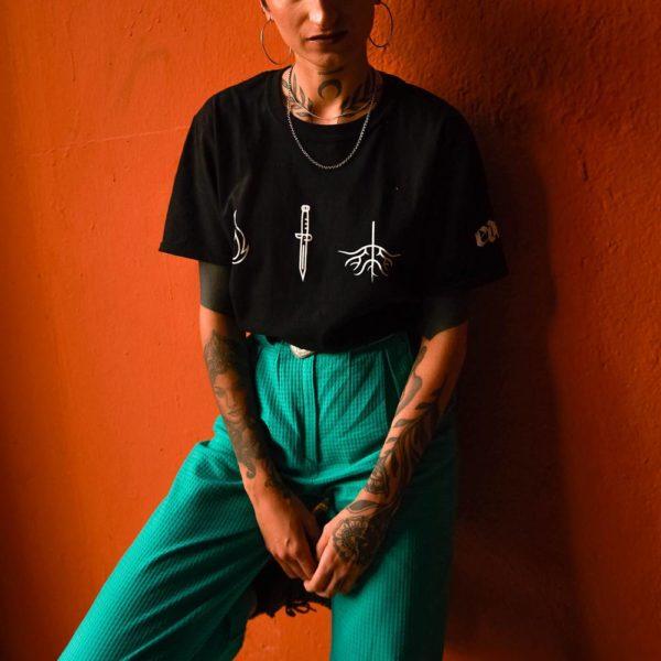 Modelo con camiseta «EP Tranquila» by ede negra