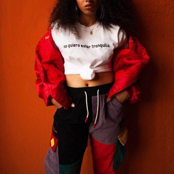 Modelo con Camiseta «no quiero estar tranquila» blanca